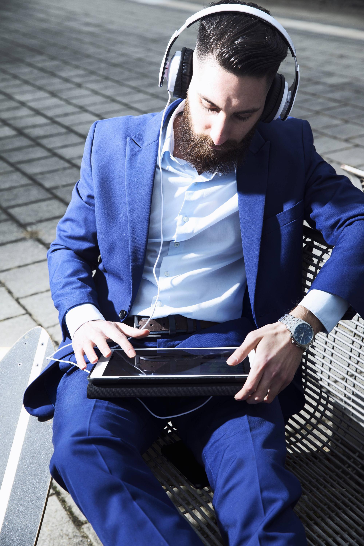 Bild zu Mann mit Tablet