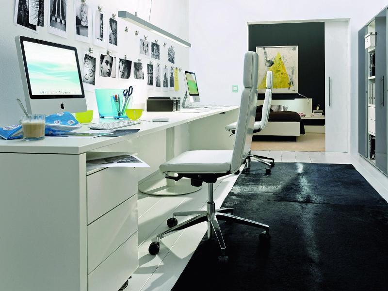 home office einrichtung wei er schreibtisch schont augen. Black Bedroom Furniture Sets. Home Design Ideas