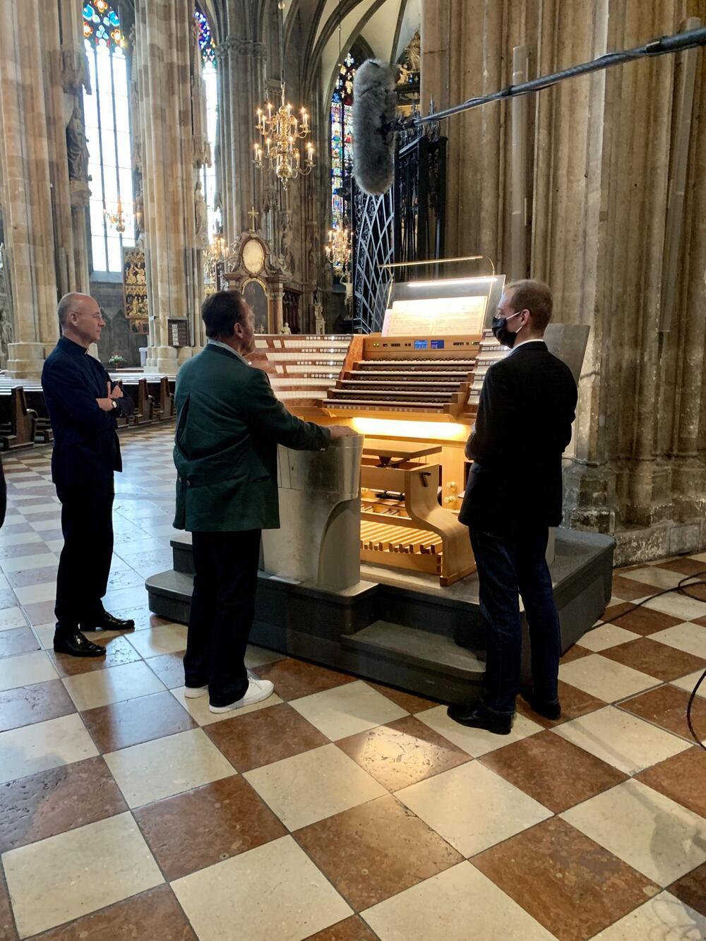 Arnold Schwarzenegger spielt Orgel in Wien
