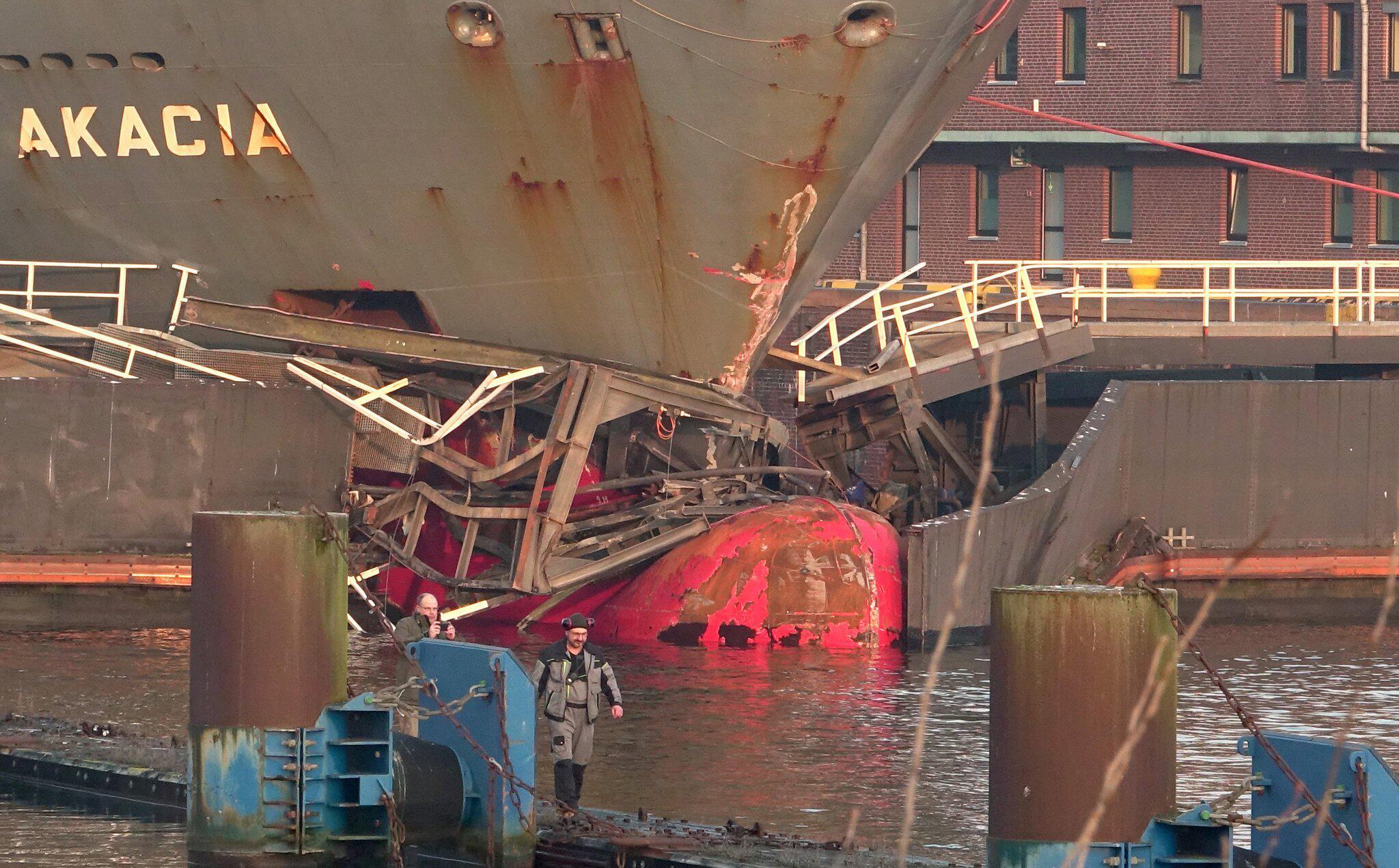 Bild zu Cargo ship crashes into floodgate