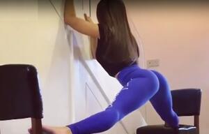 Gelenkig! Frau macht sexy Spagat