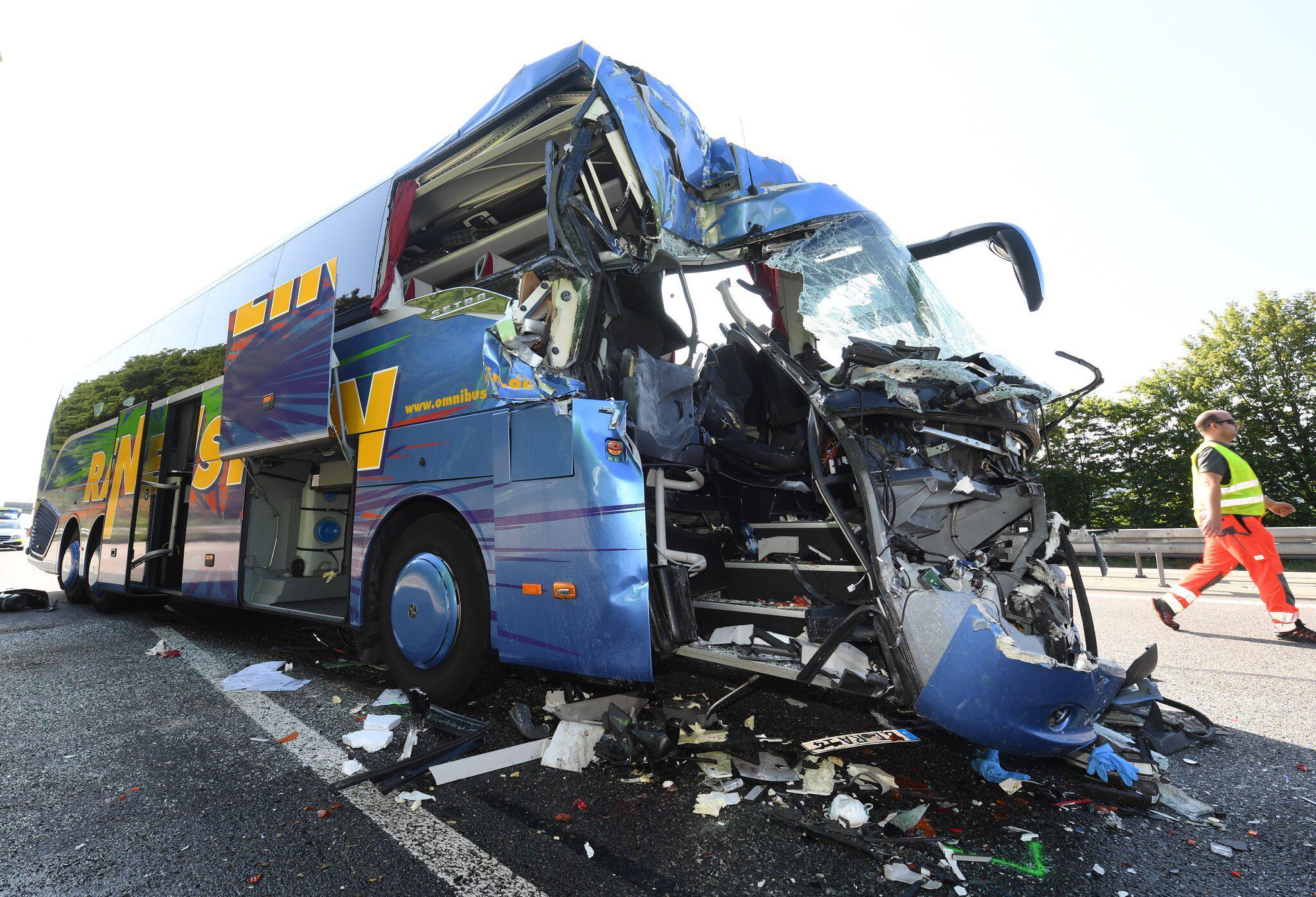 Bild zu Reisebus-Unfall auf der A5