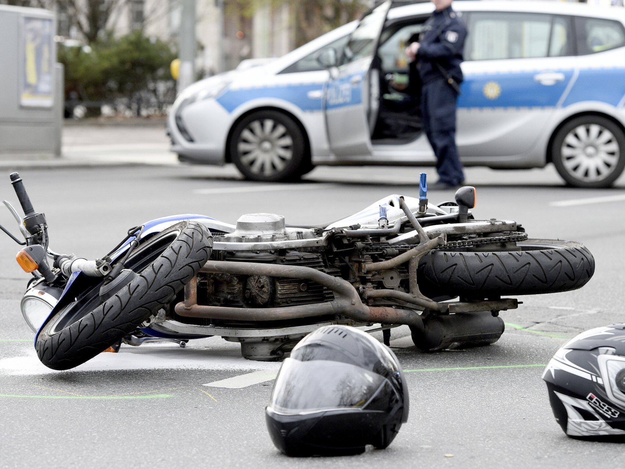 Bild zu Helme verunglückter Motorradfahrer