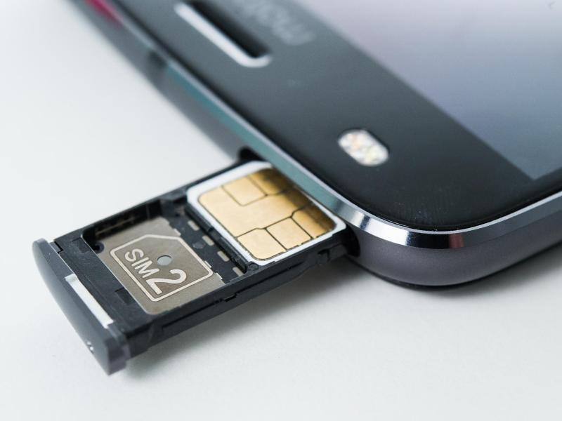Bild zu SIM-Karten-Slot an Smartphone