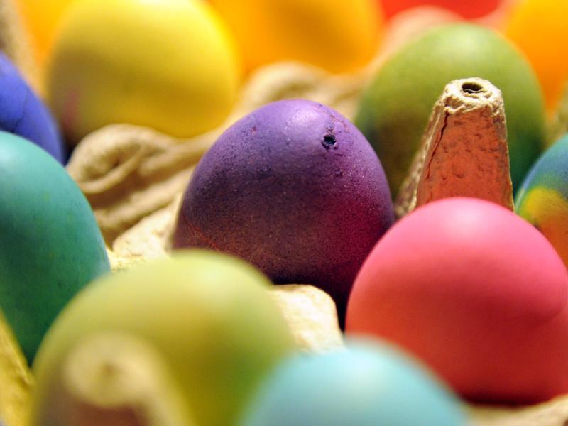 Bild zu Bunt gefärbte Ostereier