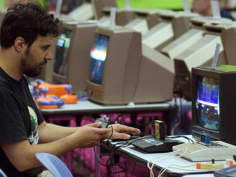 Bild zu Mann sitzt an einem alten Computer