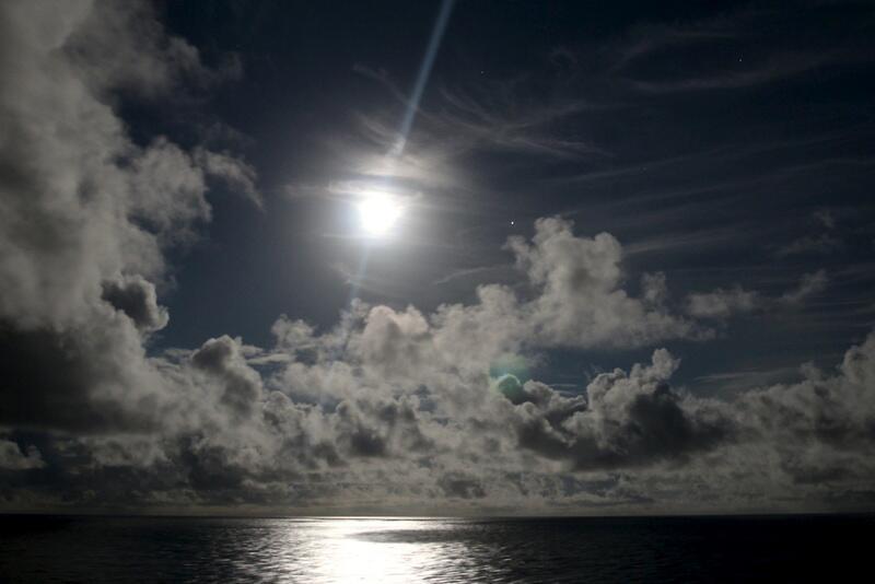 Bild zu Silberne Mondnacht auf dem Meer