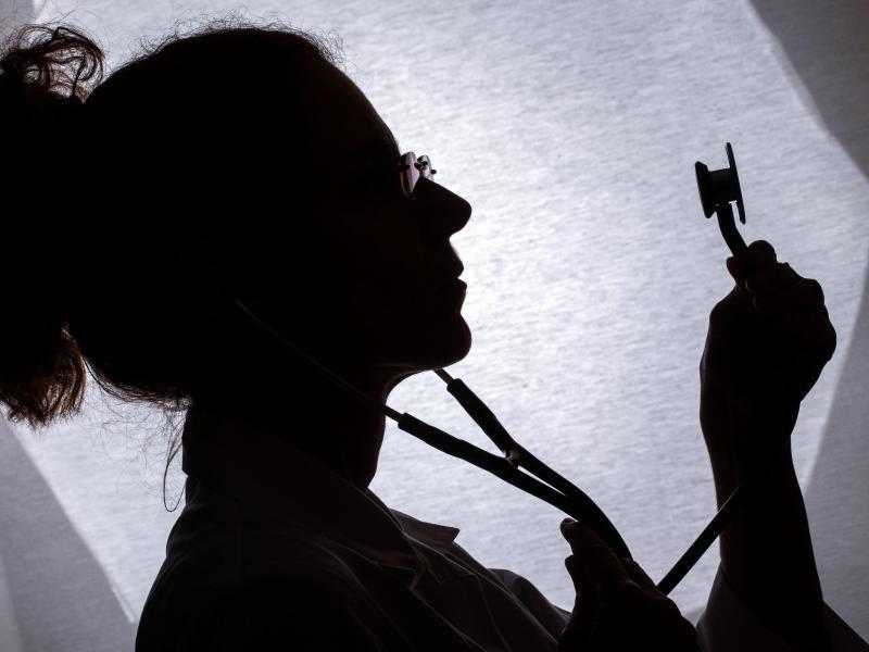 Bild zu Ärztin mit Stethoskop