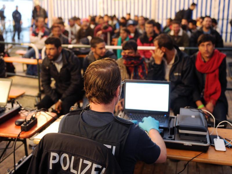 Bild zu Flüchtlinge werden am Passauer Bahnhof registriert