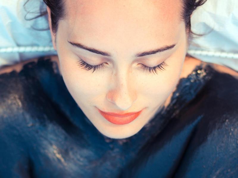 Bild zu Frau mit Fango-Maske auf Körper