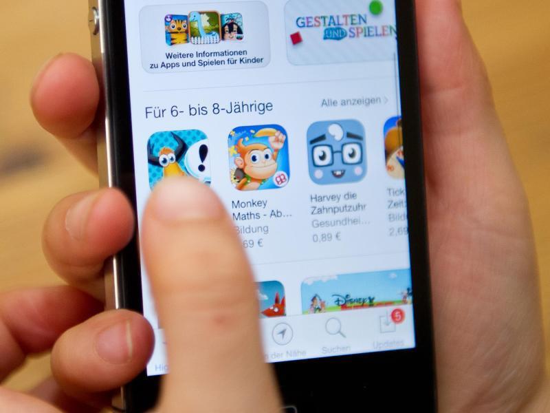 Bild zu Kind surft mit dem Smartphone