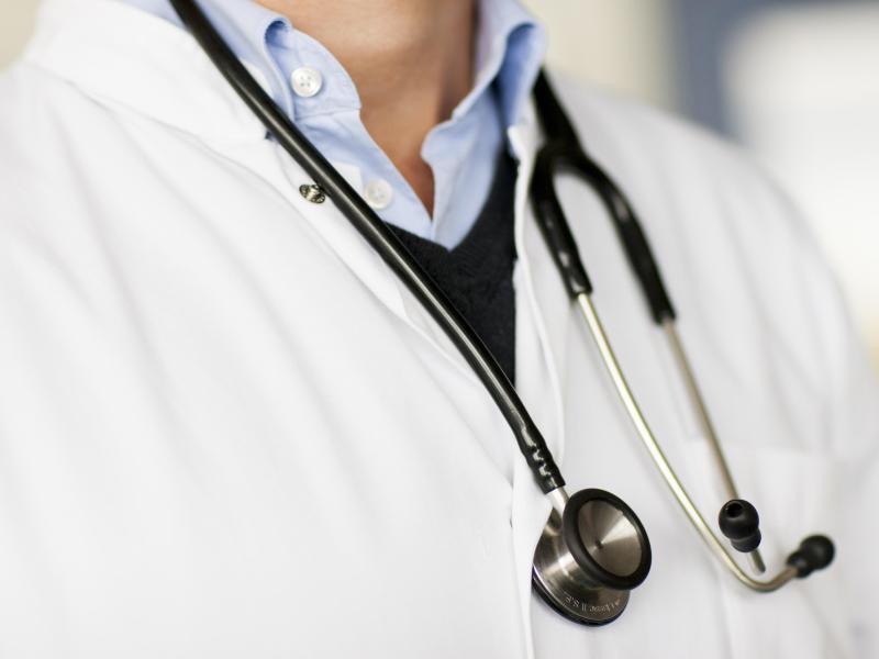 Bild zu Arzt mit Stethoskop