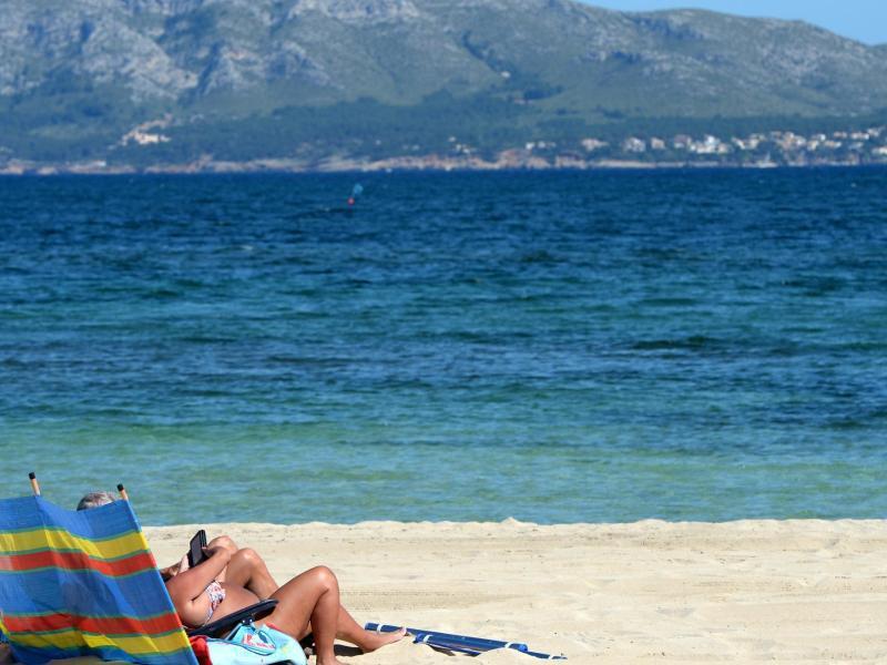 Bild zu Menschen am Strand