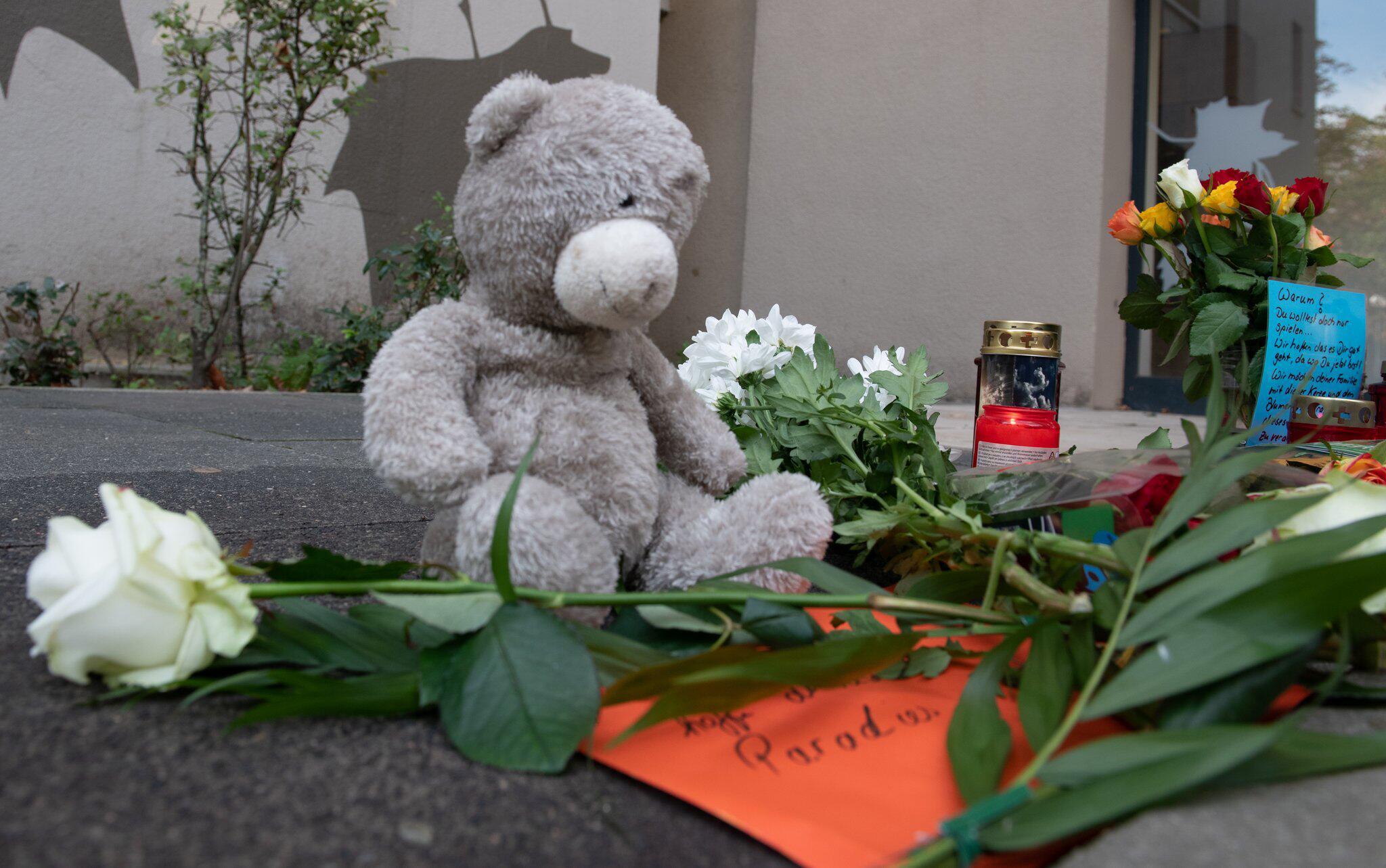 Bild zu Mourning for slain boys