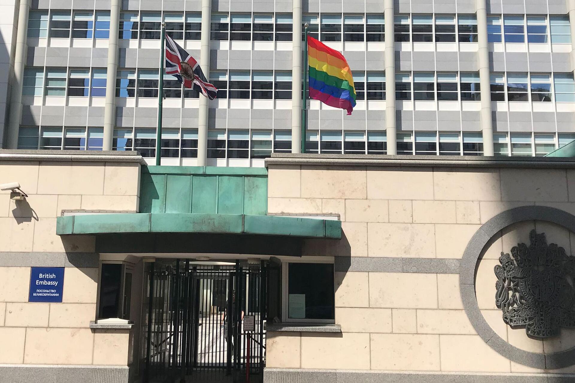Bild zu Regenbogenfahne an britischer Botschaft