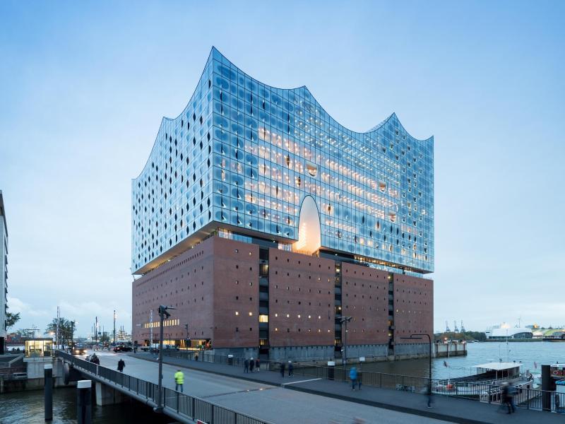 Bild zu Blick auf die Elbphilharmonie in Hamburg