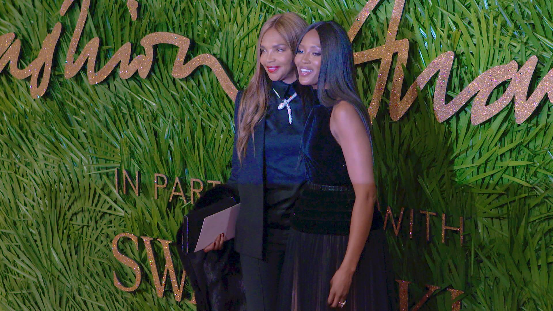 Bild zu Naomi Campbell und ihre Mutter könnten fast als Schwestern durchgehen