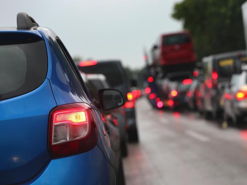 Bild zu Autos stauen sich auf einer Straße