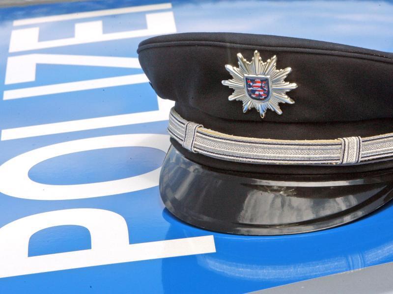 Bild zu Polizeimütze auf der Motorhaube eines Autos