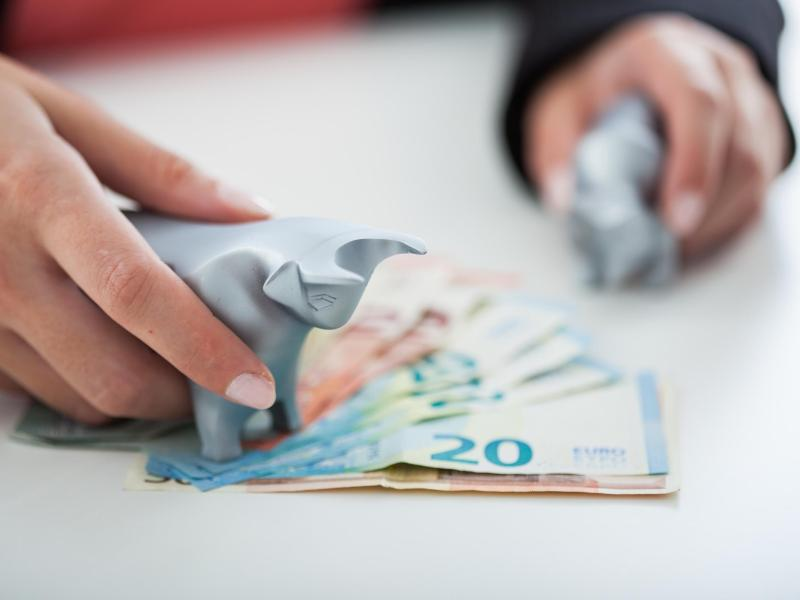 Bild zu Hand und Geldscheine