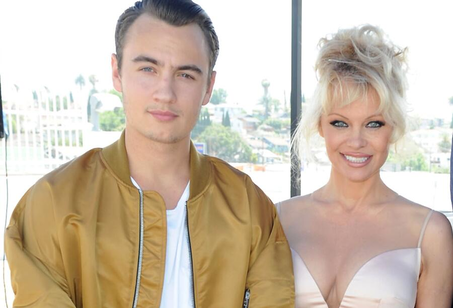 Bild zu Brandon Thomas Lee mit seiner Mutter Pamela Anderson in Los Angeles