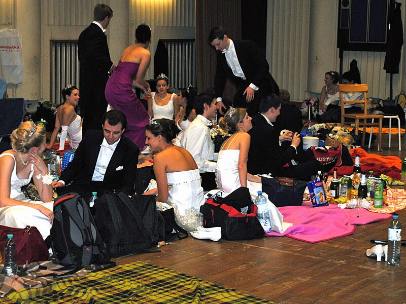 Bild zu Vor ihrem großen Auftritt campieren die Debütantinnen und Debütanten auf dem Boden.