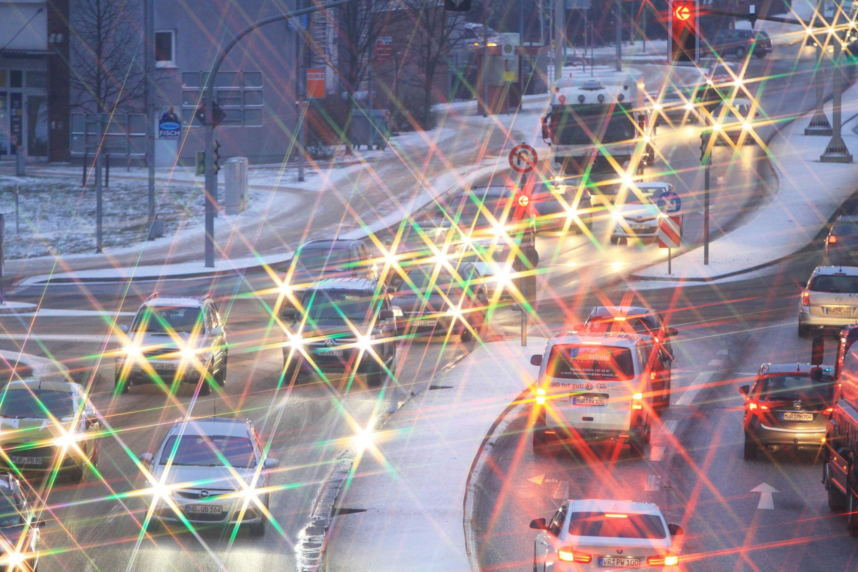 Bild zu Schlecht Sicht- und Lichtverhältnisse im winterlichen Stau