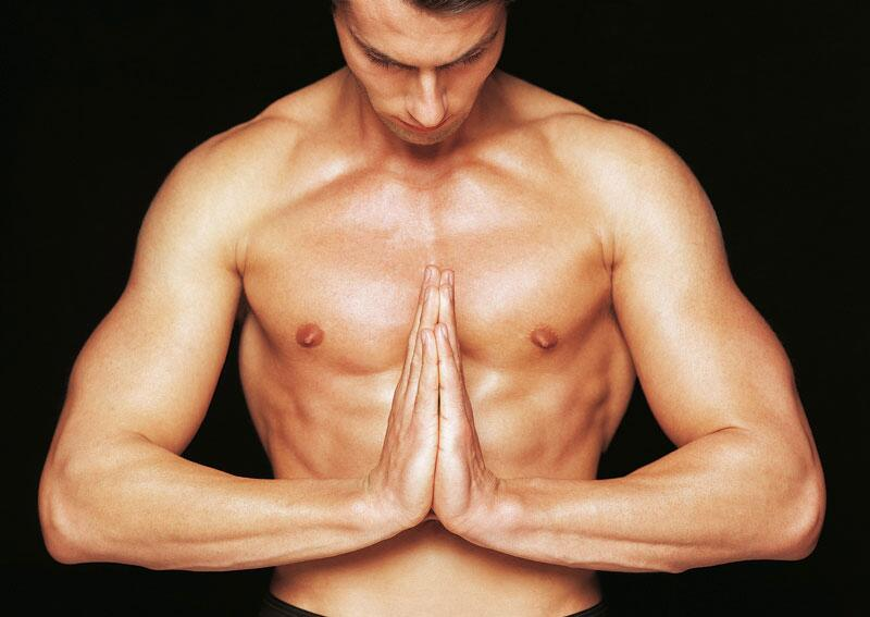 Bild zu Mann mit nacktem Oberkörper