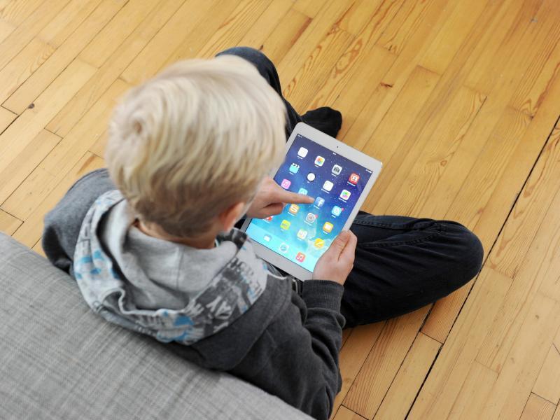 Bild zu Jugendlicher mit Tablet