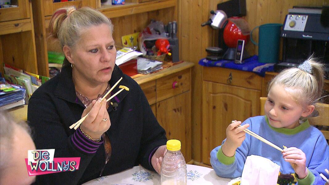 Bild zu Mama Silvia isst mit Stäbchen