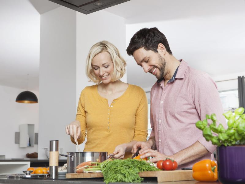 Bild zu Eine Frau und ein Mann kochen