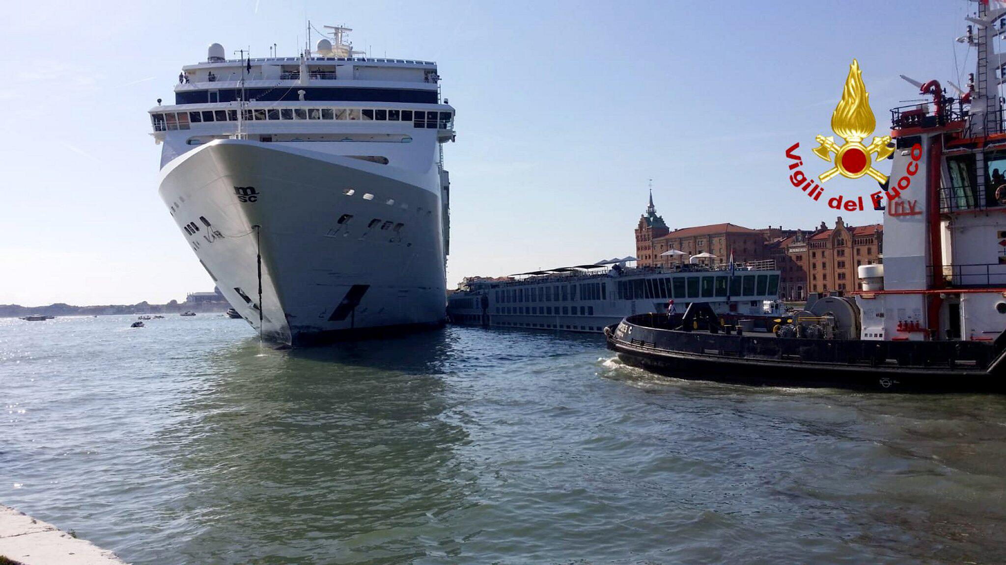 Bild zu Kreuzfahrtschiff rammt Touristenboot in Venedig