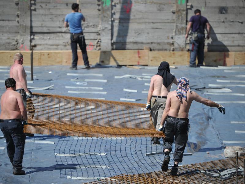 Bild zu Arbeiter mit freiem Oberkörper