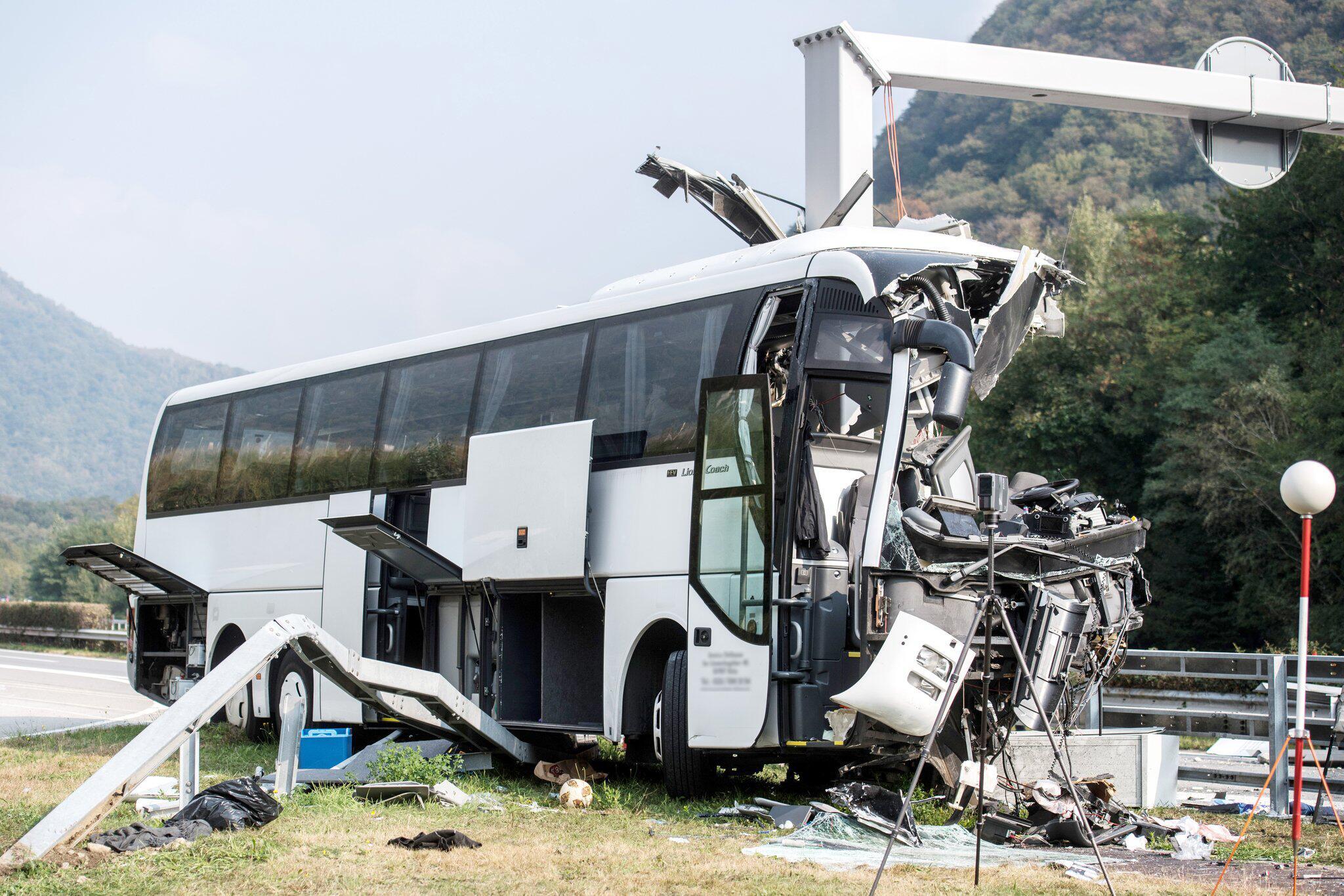 Bild zu Deutscher Reisebus in der Schweiz verunglückt