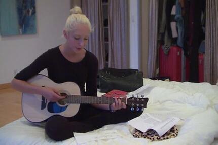 Hobby-Musikerin Kiki zeigt ihr Talent