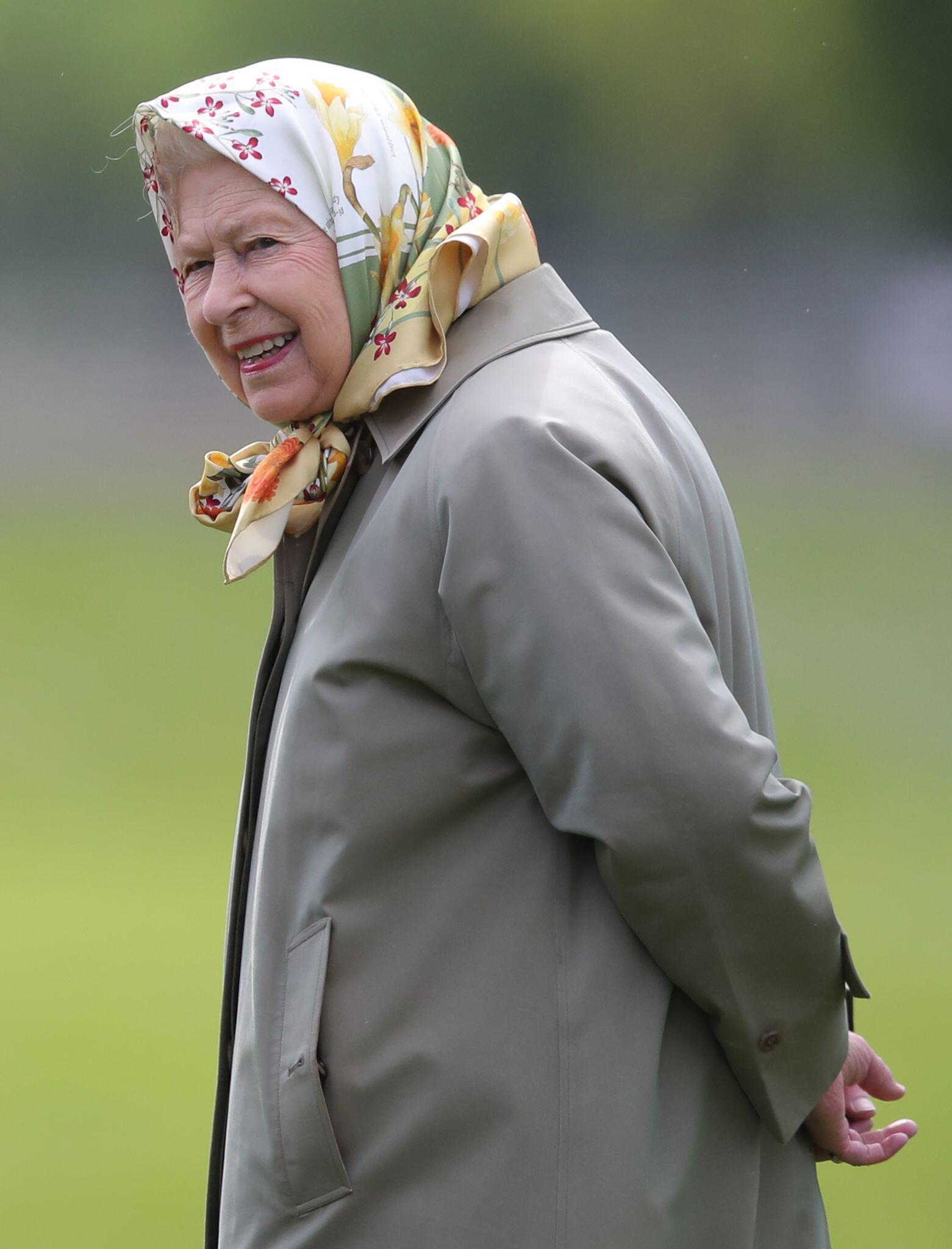 Bild zu Die Queen macht Urlaub auf einer Farm