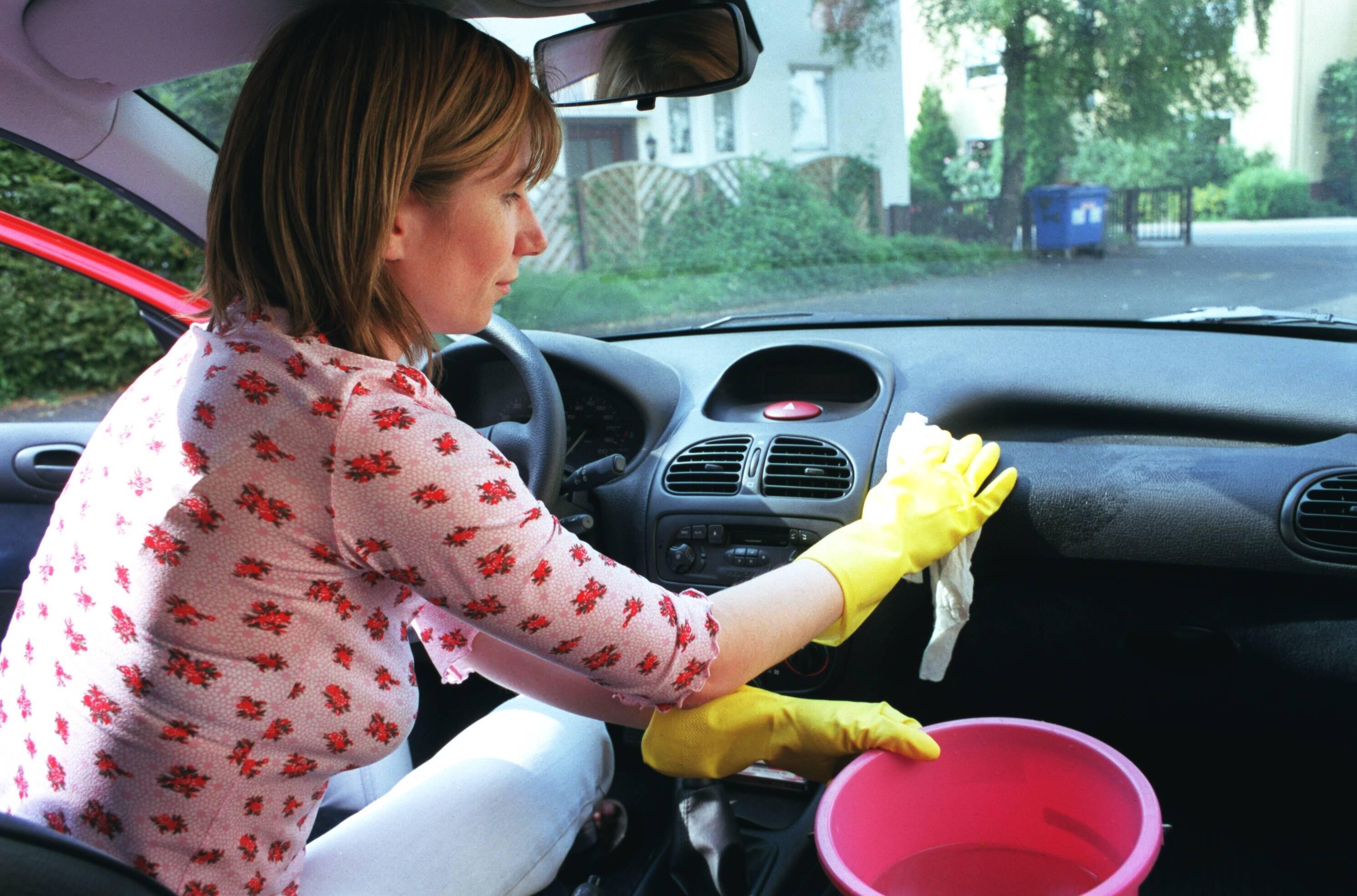 Bild zu Frau reinigt Autoinnenraum