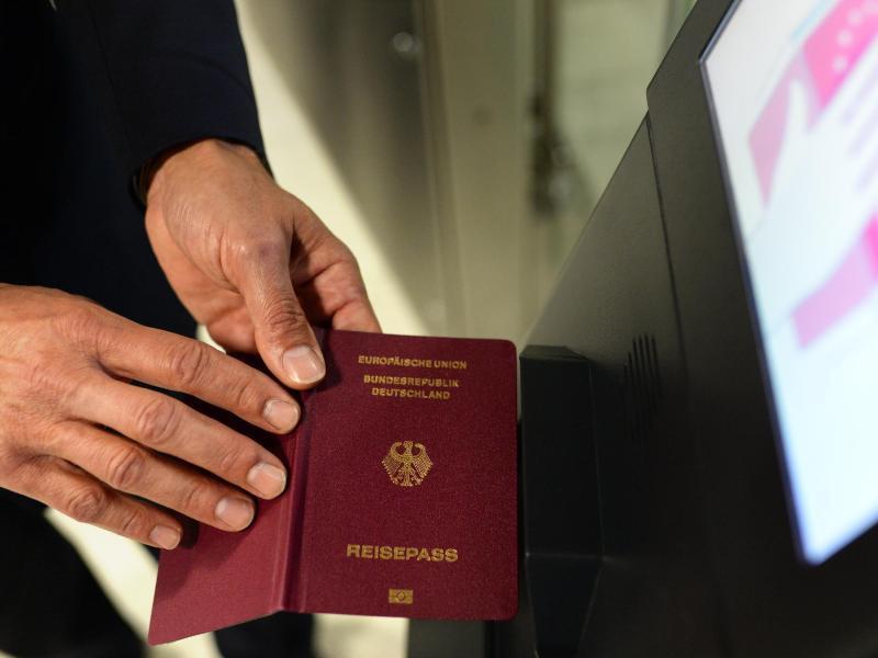 Bild zu Mit Reisepass am Flughafen
