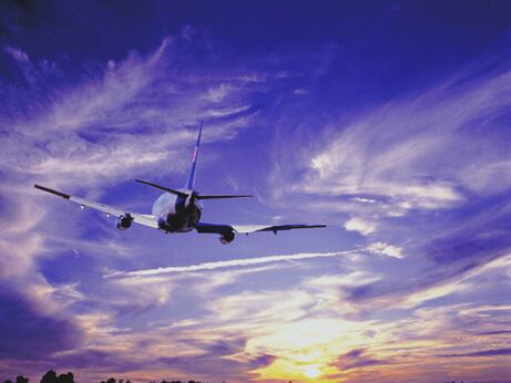 Bild zu Flugzeug am Himmel