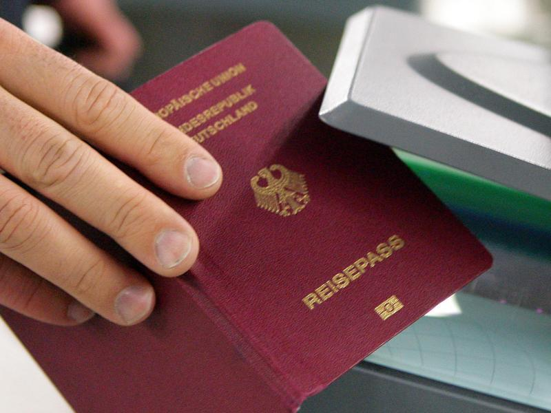 Bild zu Deutscher Reisepass wird kontrolliert