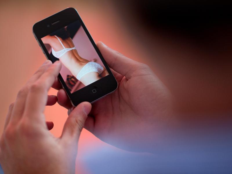 Bild zu Frau in Unterwäsche auf Handy