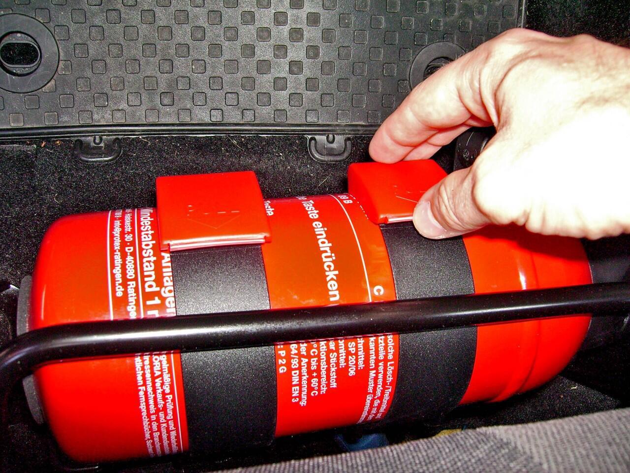 Feuerlöscher im Auto: So verhalten Sie sich bei einem Fahrzeugbrand ...