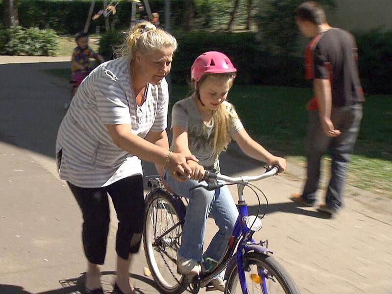 Bild zu Silvia und Estefania lernen Fahrradfahren