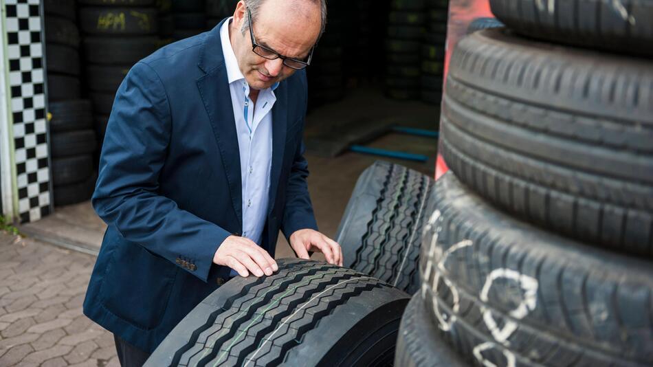 Neben Profiltiefe kommt es bei Reifen auch auf das Alter an, ob sie noch sicher sind.