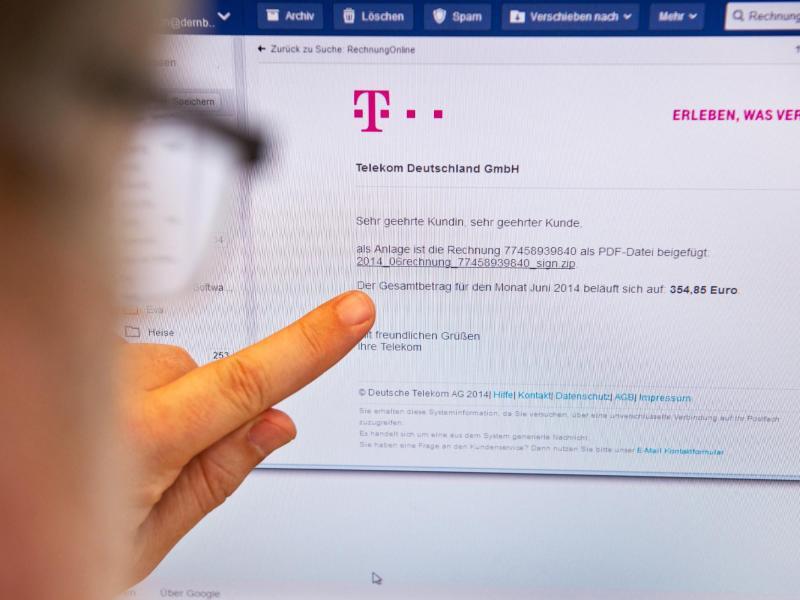 Bild zu Ein Mann zeigt auf eine gefälschte Telekom-Mail