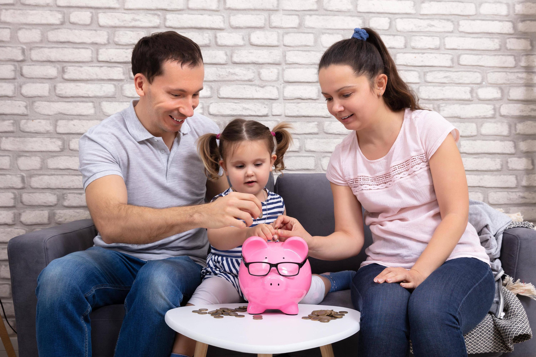 Bild zu Eltern, Kind und Sparschwein