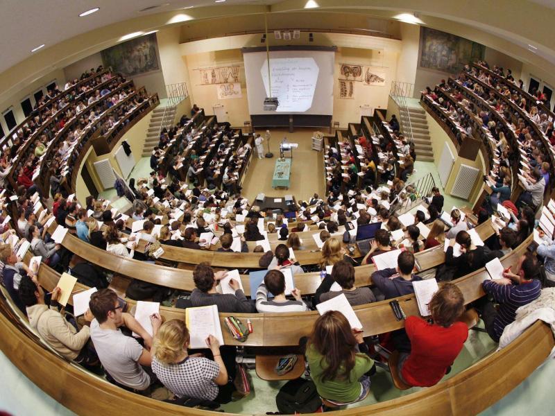 Bild zu Studenten im Hörsaal