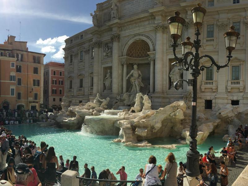 Bild zu Touristen am Trevi-Brunnen
