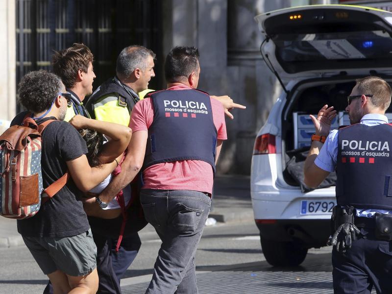 Bild zu Verletzte werden versorgt