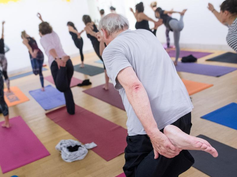 Bild zu Älterer Mann beim Yoga